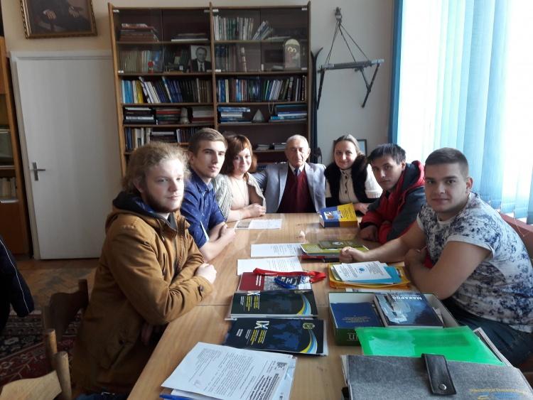 Завідувач кафедри академік Ю.М.Мацевитий зі студентами